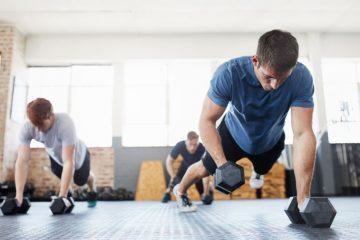 Hommes faisant du sport